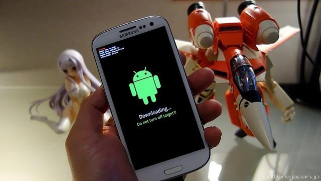 Is It Illegal To Root Your Android or Jailbreak Your iPhone?
