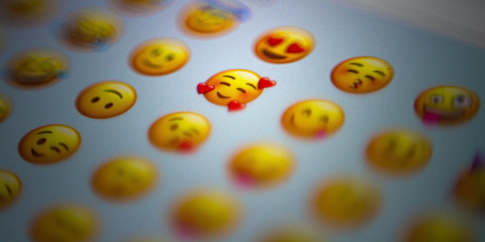 menggunakan terlalu banyak emoji