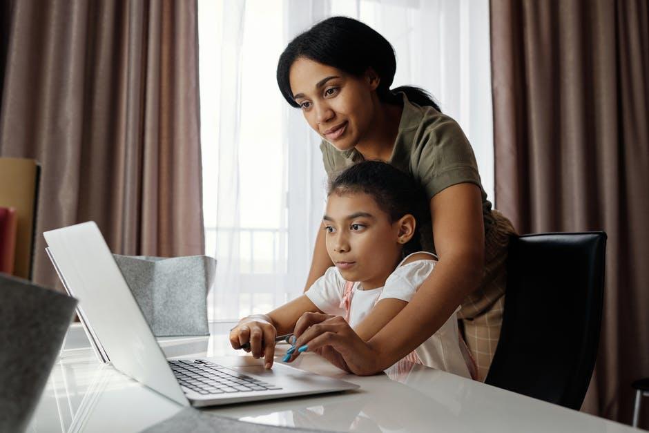 anak dan ibu dengan laptop