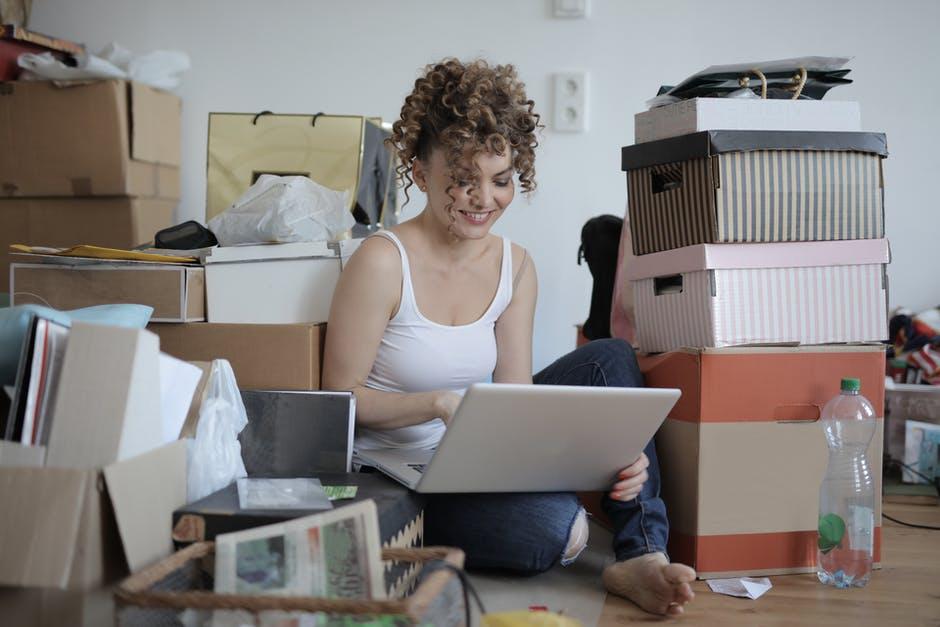 wanita mengeluarkan laptop dari penyimpanan